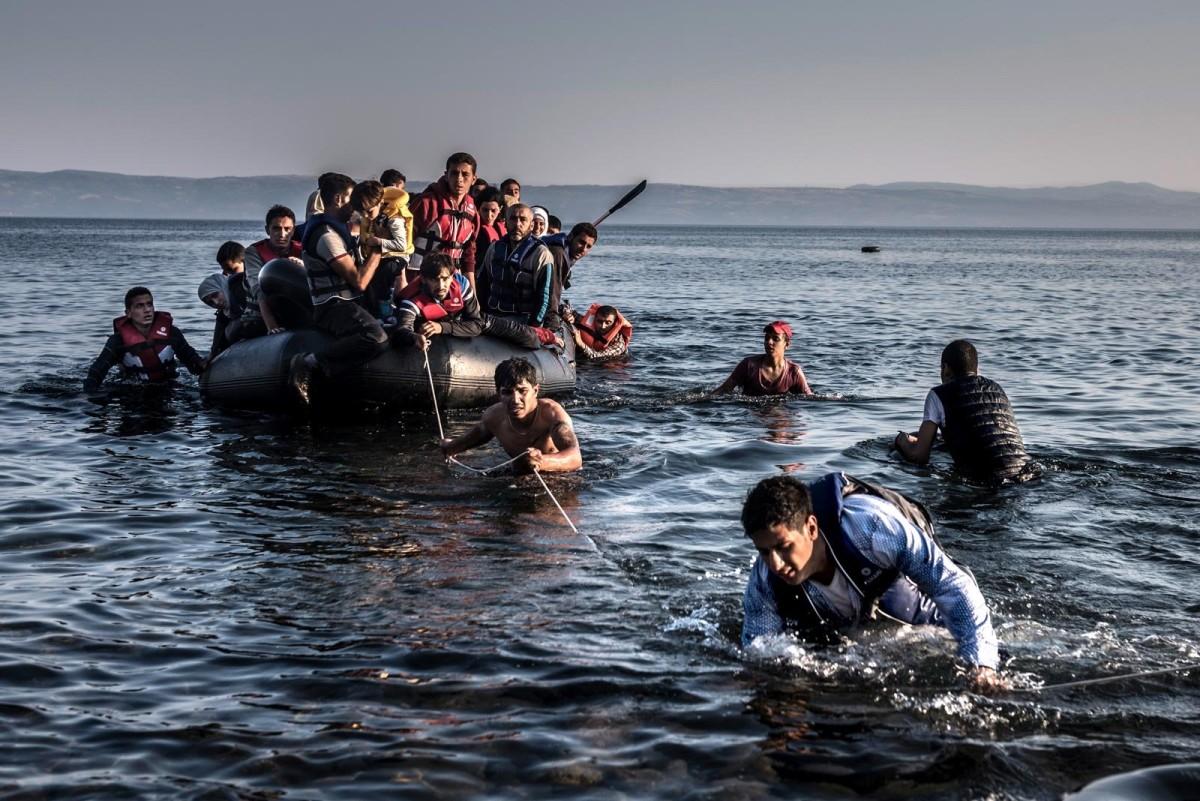 Беженцы в ожидании военной помощи в Эгейском море