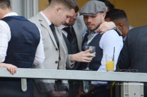 Скандал на британском фестивале: футболисты помочились с балкона