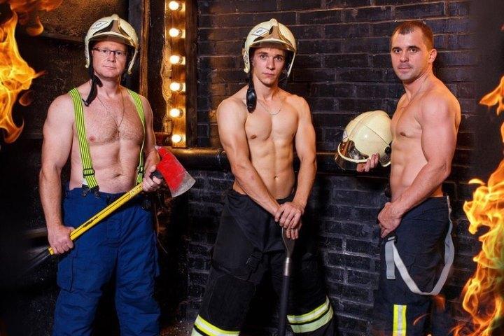 Омские пожарные решили выпустить соблазнительный календарь с благотворительной целью