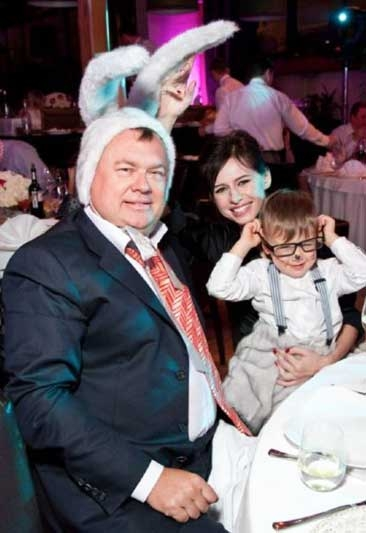 Андрей Костин с очередной семьей